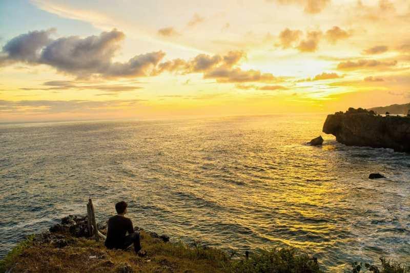 Menikmati senja atau sunset di Pantai Ngeden yang luar biasa ini sah sah saja kok! via @dwarsoprasonto