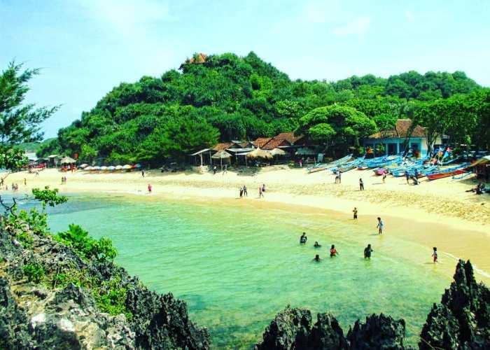 Kamu bisa menghabiskan waktu di Pantai Ngandon dengan berenang! via IG @ejp_official