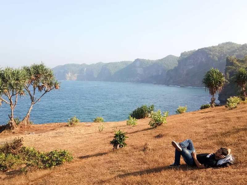 Cukup membawa saja tikar untuk duduk-duduk bersama beberapa teman sembari menikmati keindahan Pantai Kesirat! via @rezkipradika