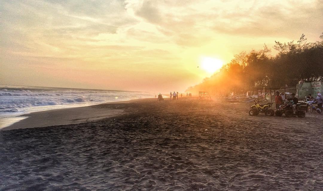 Menikmati Wisata Kuliner Seafood di Pantai Baru Kuwaru yang Teduh! via @_budiwaluyo