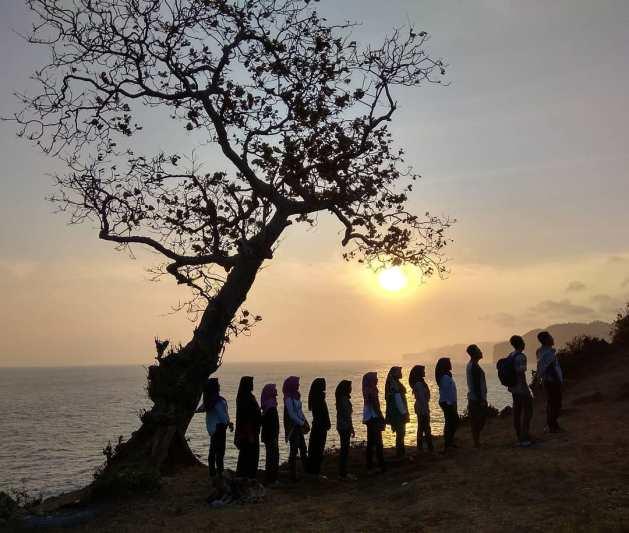 Sebaiknya berkunjung ke pantai ini beramai-ramai bersama teman! via @sewamobil_jogja