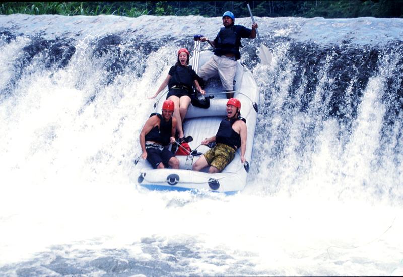 Arung Jeram di Sungai Telaga Waja yang menantang