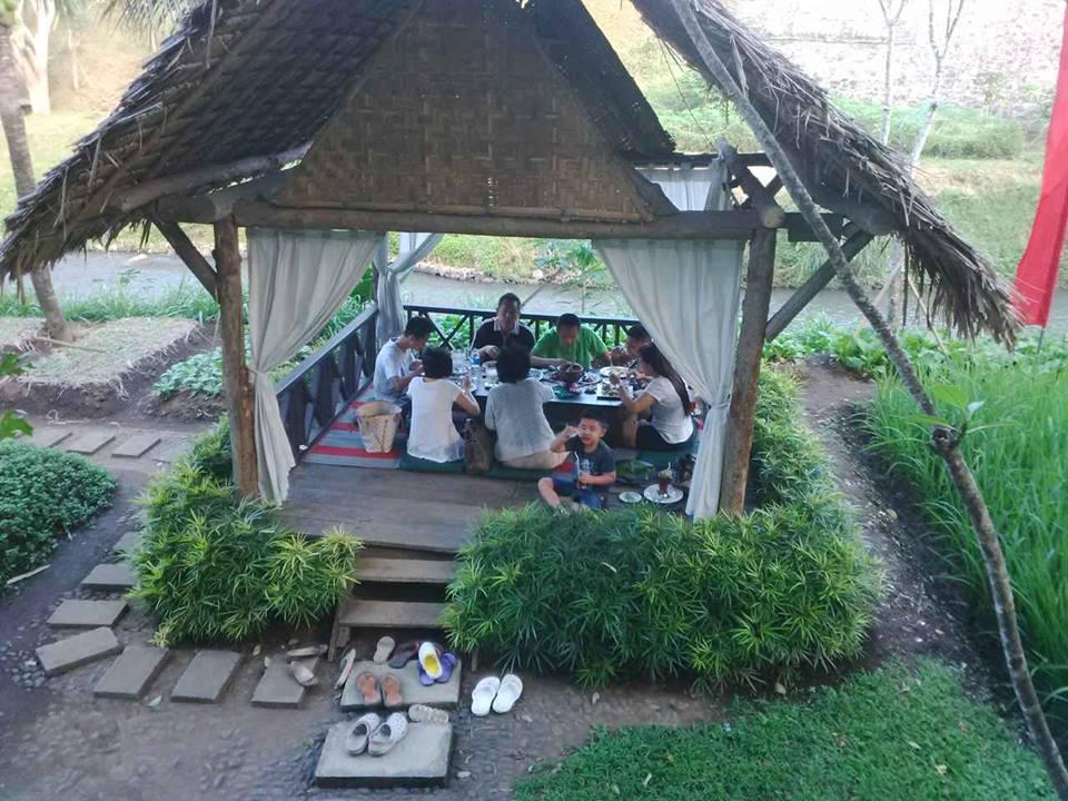 Kalian bisa menikmati sensasi makan di gaebo yang menyenangkan