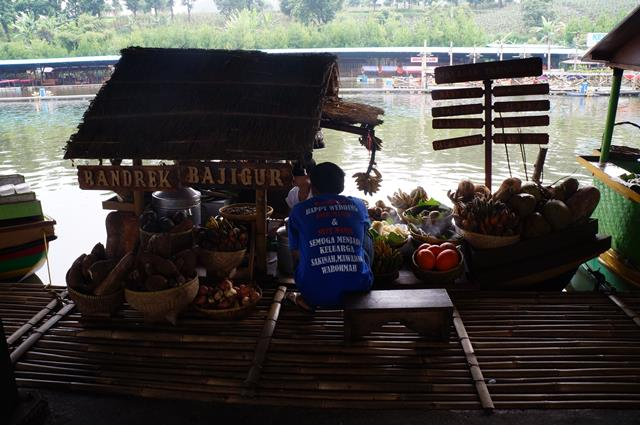 Mau coba belanja sambil kuliner langsung dari perahu yang mengapung? Ke Floating Market Lembang saja!