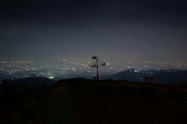 Yuk, nikmati suasana romantis Bandung di ketinggian Bukit Moko.