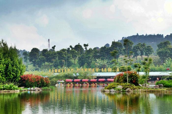 Danau di Floating Market ini adalah salah satu destinasi liburan di Bandung yang direkomendasikan untuk dikunjungi.