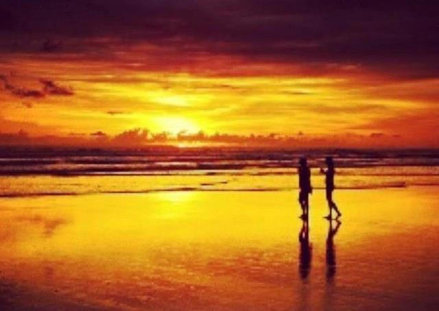 Pantai Paseban yang menawan menjelang matahari terbenam.