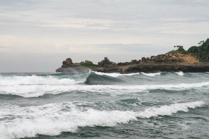 Pantai di Malang yang belum terjamah, Pantai Ngebros / Watu Nggebros.