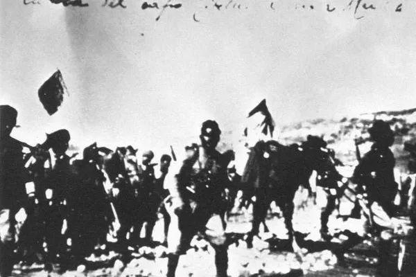 كوكبة الجنود البرقاويين أثناء نقل المختار بعد أسره.