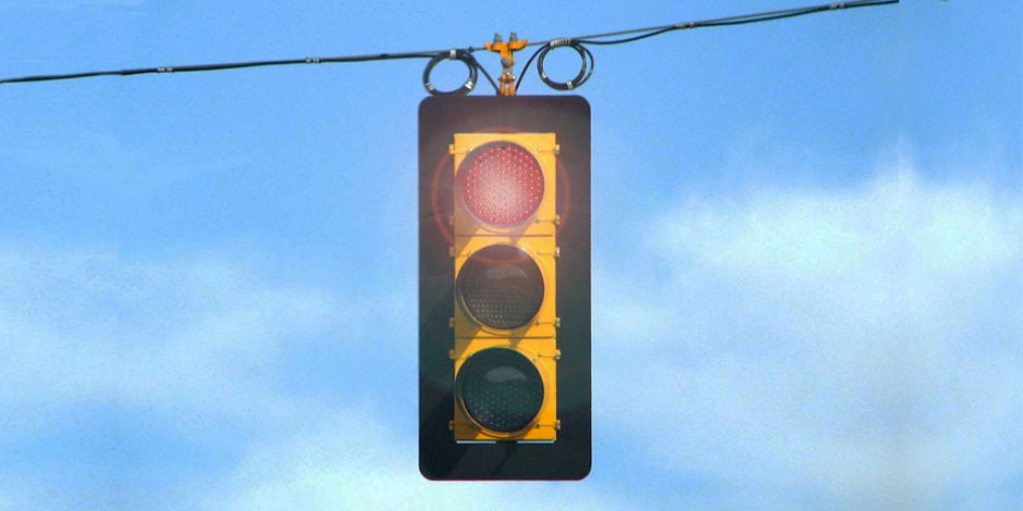 Traffic signal with red flashing light – Credit: Kevin Payravi / wikimedia