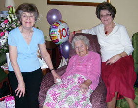Elsie Roe with her daughters Janice and Glenda