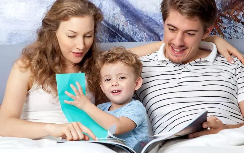 tročlana porodica čita priču za laku noć