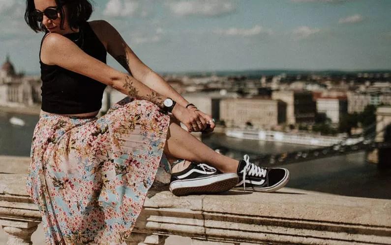 devojka u suknji i patikama