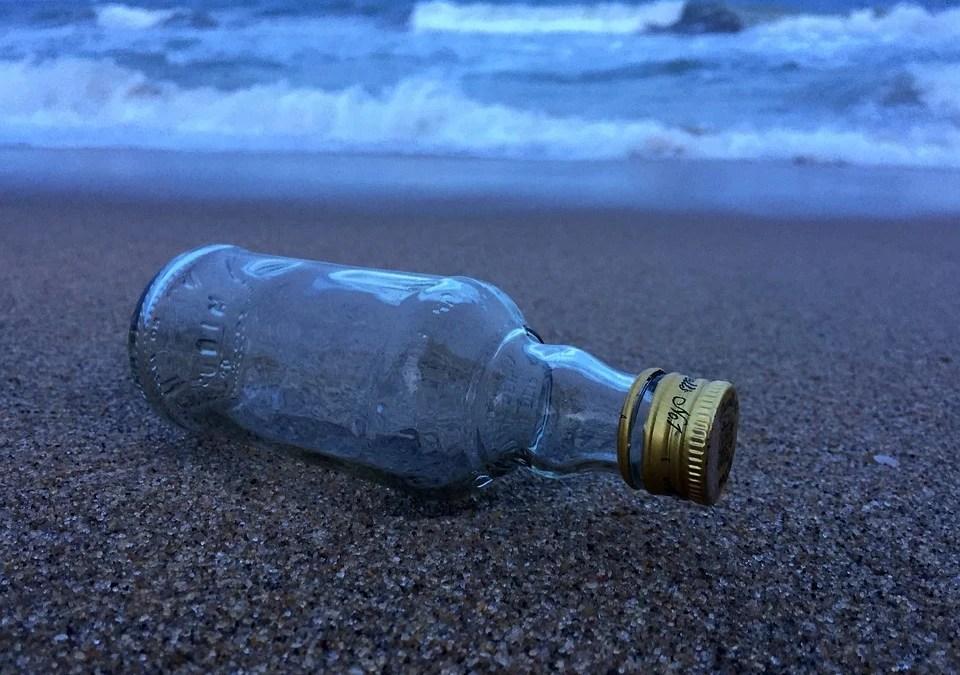 Botella cristal en la arena