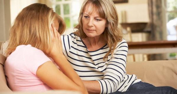 Ayudar a su hija a que rompa con su novio malo