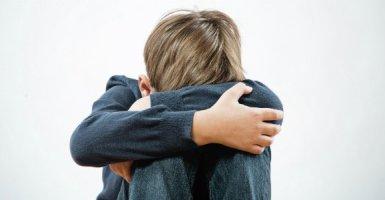 niño deprimido por la muerte de un padre