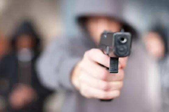 Garoto de 7 anos tenta defender mãe, de assaltantes e vídeo viraliza na internet