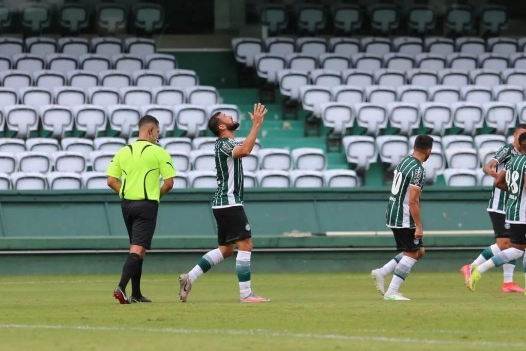 Coritiba goleia Toledo e assume quarta posição do Paranaense