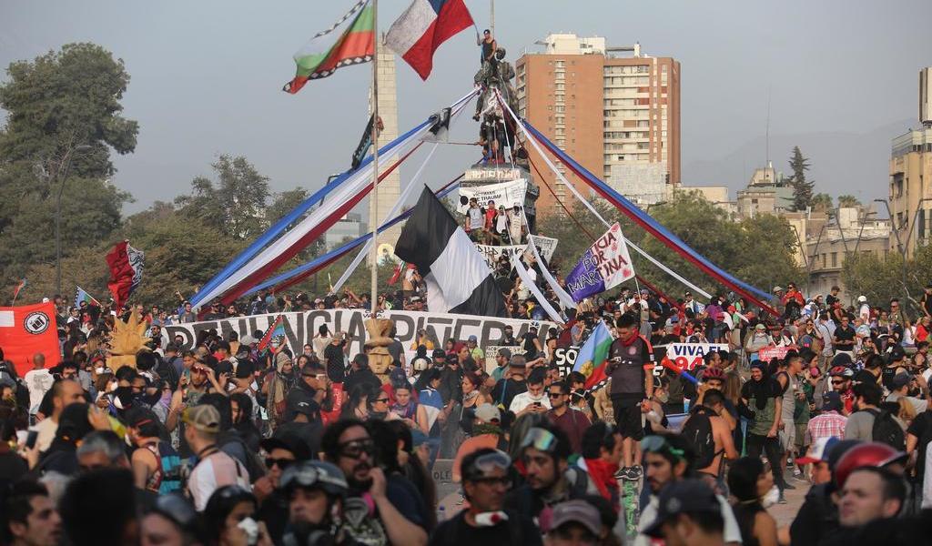 De negro, conmemoran estallido en Chile