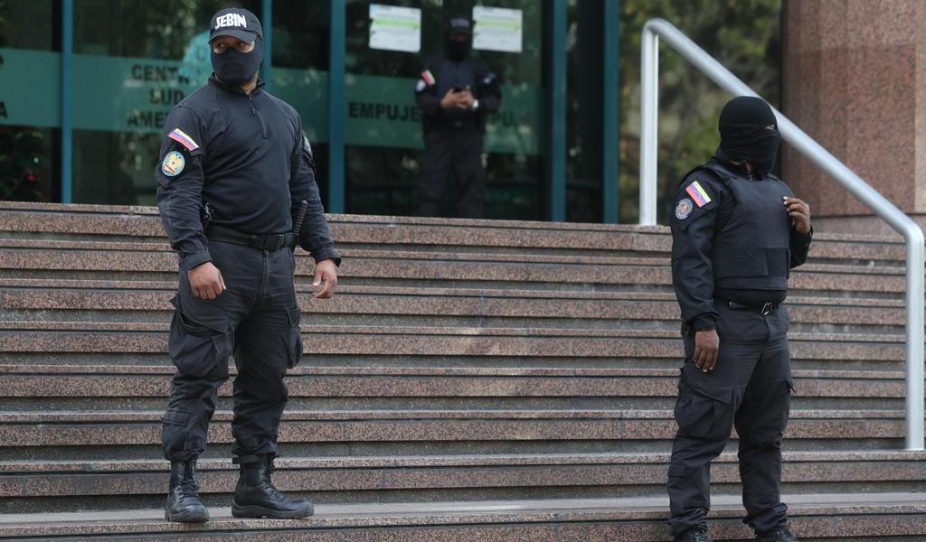 Cuerpos de seguridad venezolanos mantienen bloqueo a oficina de Guaidó