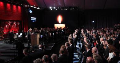 Líderes politizan en la Memoria del Holocausto
