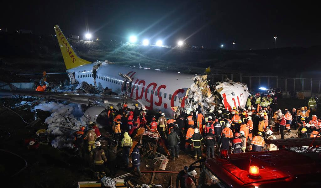 Reportan un muerto y 137 heridos tras accidente de avión en Estambul