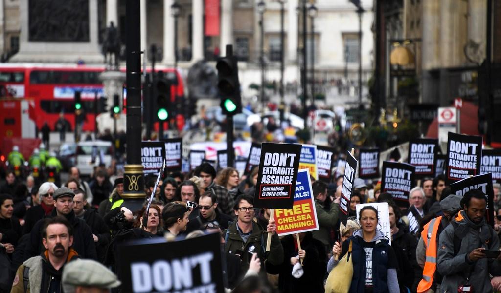 Protestan contra extradición de Assange