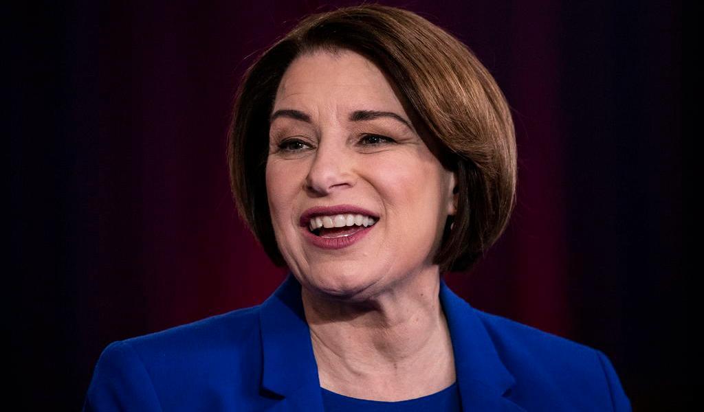 Abandona Amy Klobuchar la carrera por la nominación demócrata