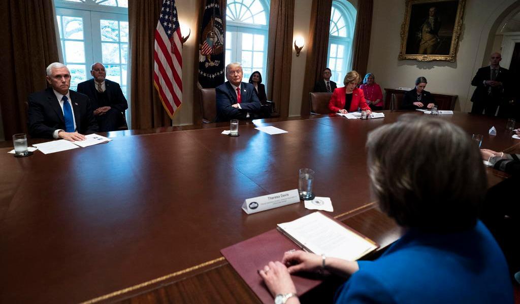 Firma Trump ley para impulsar al sector privado contra COVID-19