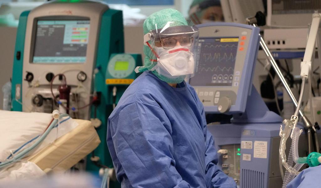 Italia recluta médicos y enfermeros para combatir al COVID-19 en el norte
