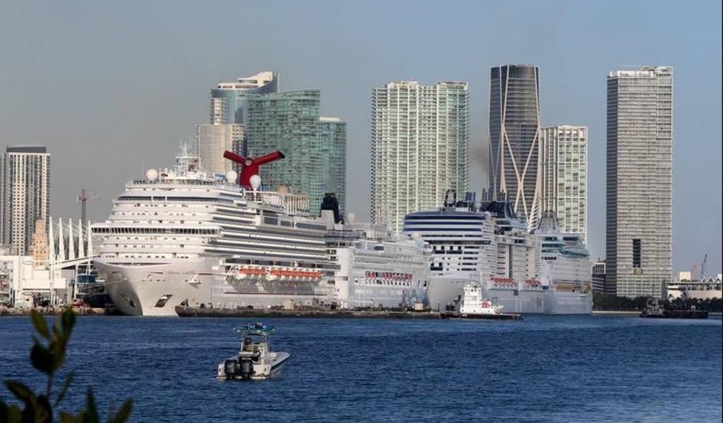 Mueren 4 pasajeros a bordo de crucero que regresa a EUA con gente enferma