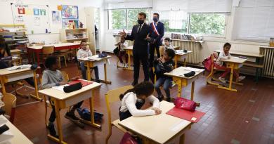 Acude Macron a escuela para defender regreso a clases tras confinamiento