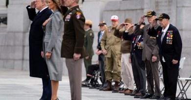 Veteranos de guerra acompañan a Trump