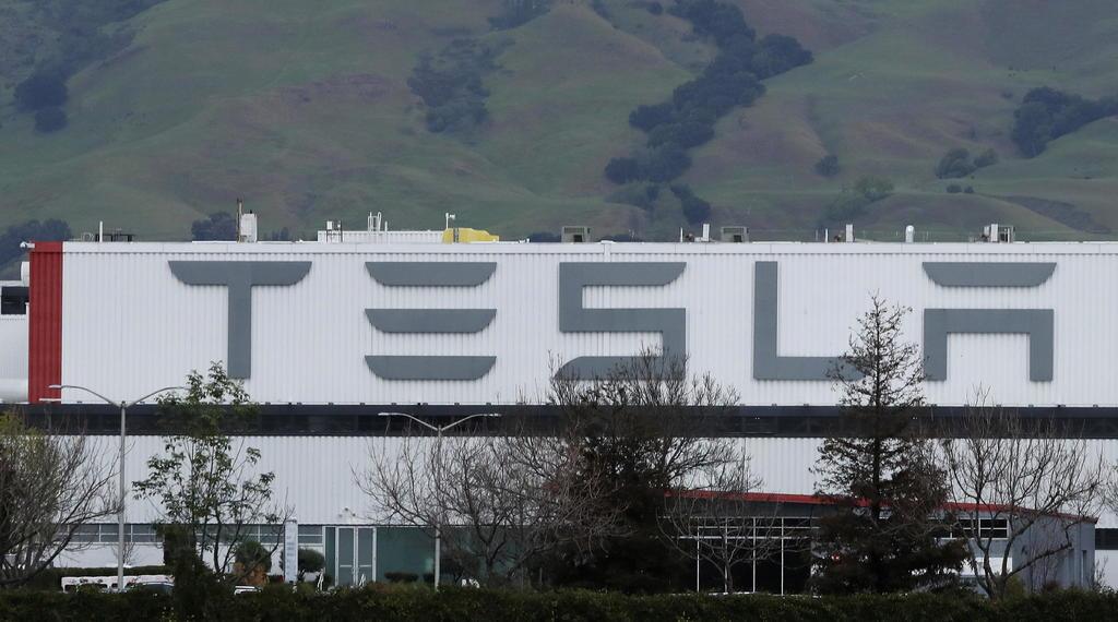 Fábrica de Tesla reanuda operaciones en EUA pese a órdenes locales