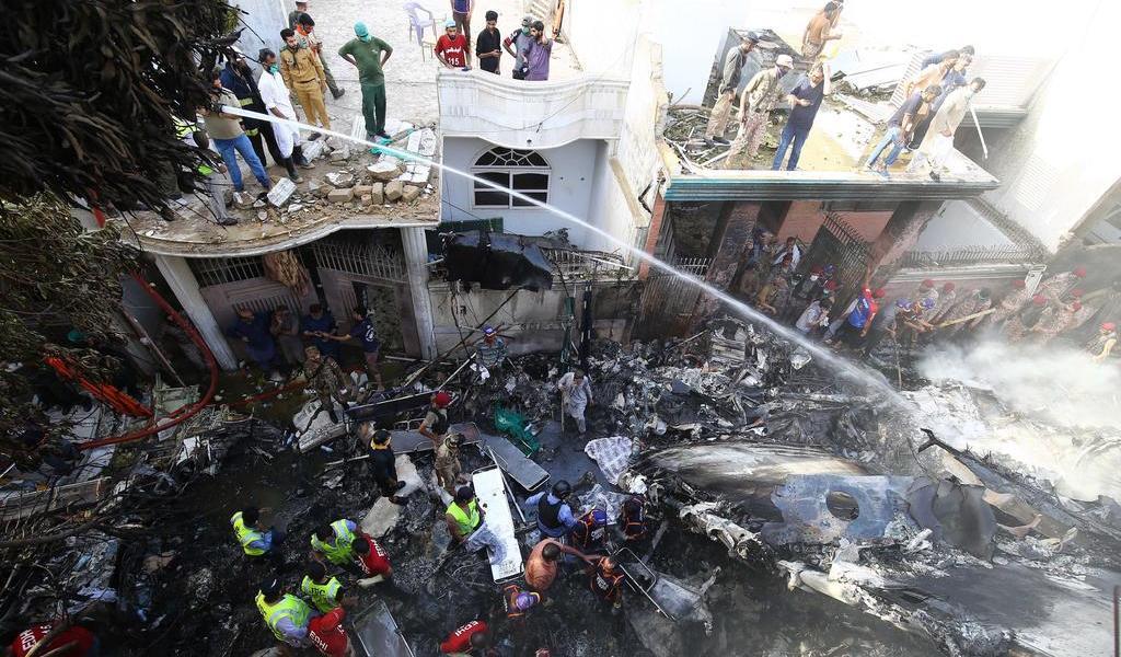 Suman al menos 60 muertos por avión que se estrelló en Pakistán