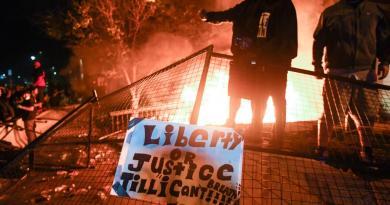 Manifestantes prenden fuegos en comisaría en Minneapolis