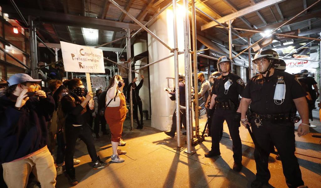 Policías en EUA expresan gestos de solidaridad con manifestantes