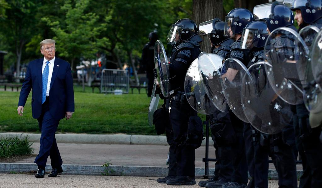 Tras retiro de manifestantes, Trump posa con una Biblia frente a iglesia en Washington DC