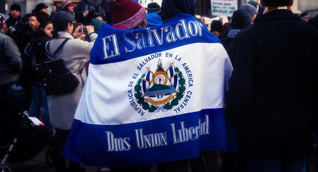 Niña salvadoreña demanda al Gobierno deTrump por haberla deportado