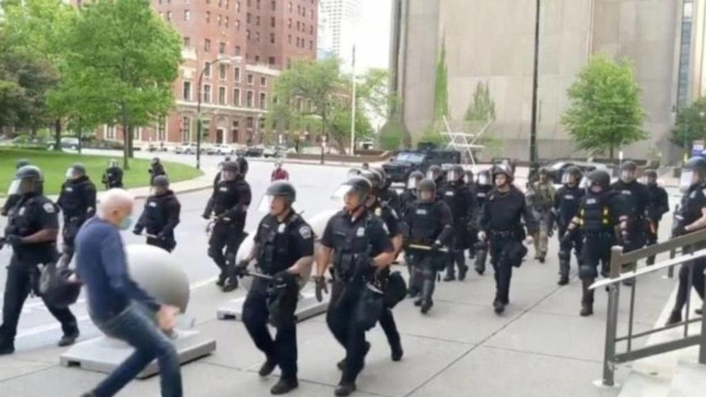 Anciano empujado por policías en EUA sufre lesión cerebral, según abogada