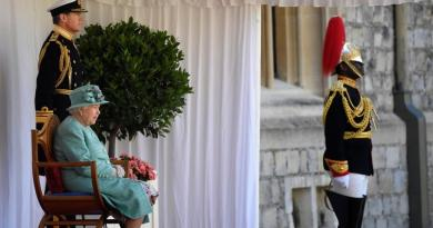 La reina Isabel II luce un triste semblante en su cumpleaños