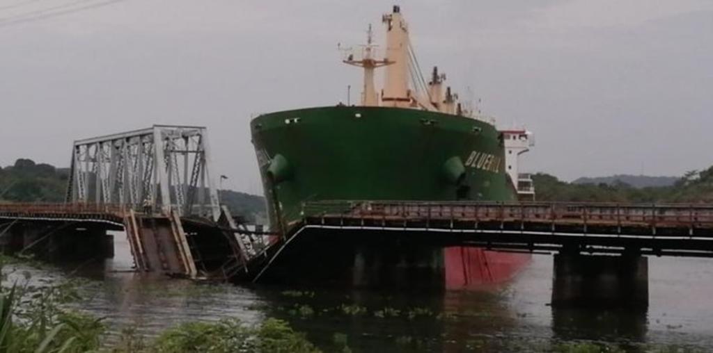 Buque choca contra puente de ferrocarril en el Canal de Panamá