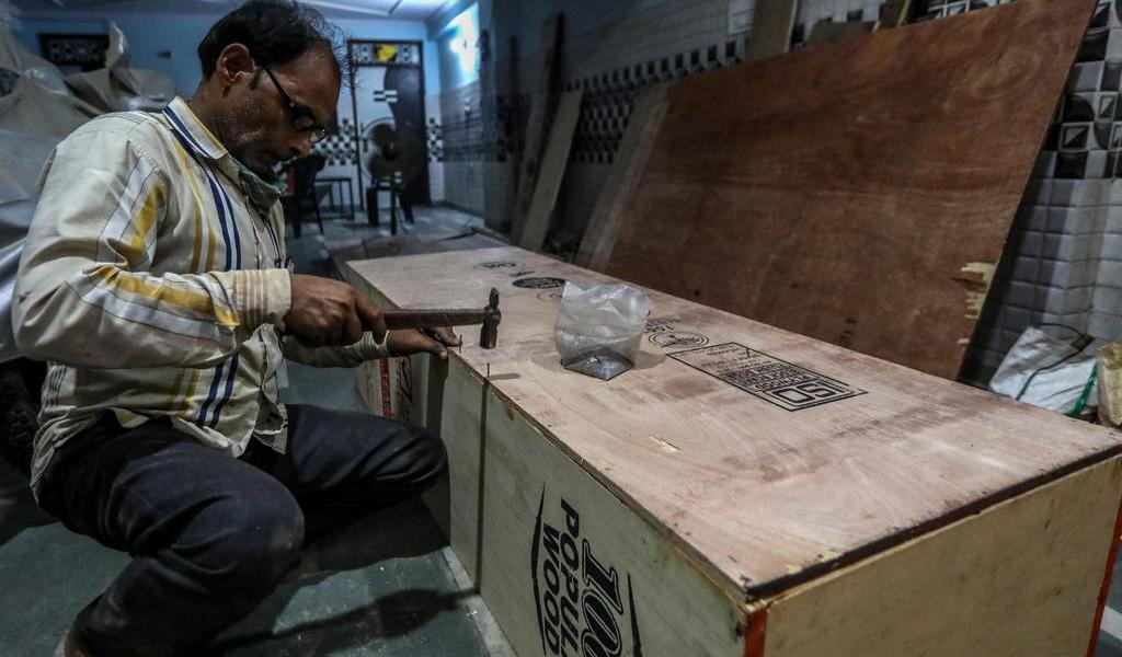 Ofrecen ataúdes gratis para enterrar a víctimas de COVID-19 en India