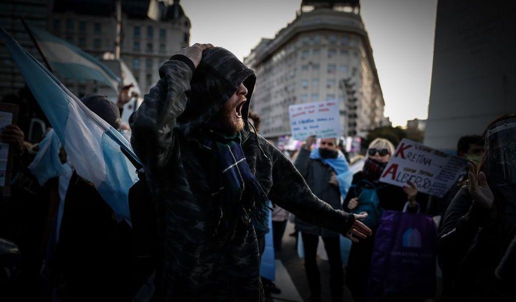 Argentinos van contra cuarentena y Fernández