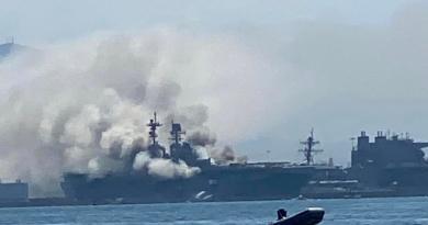 Tras escucharse explosión, se incendia buque de Armada de EUA en San Diego