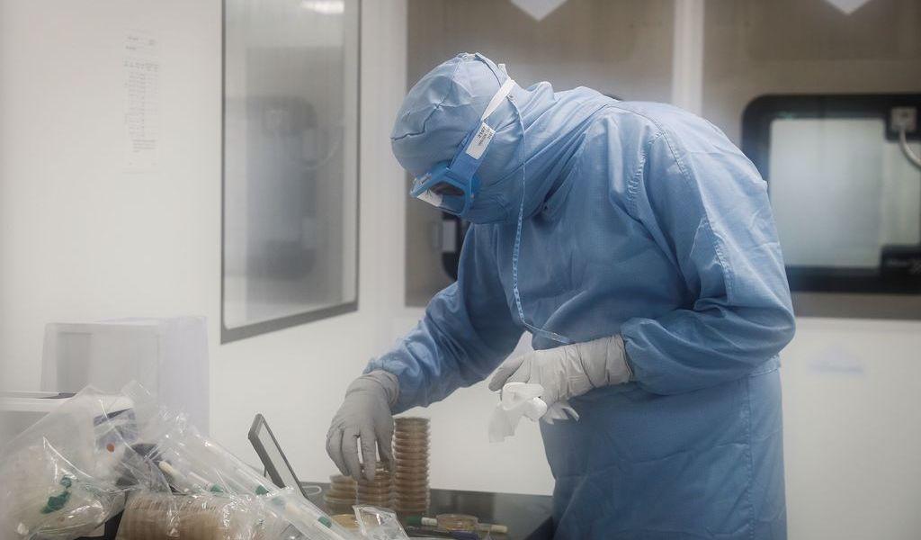Acusan a Rusia de robar información de vacunas contra COVID-19