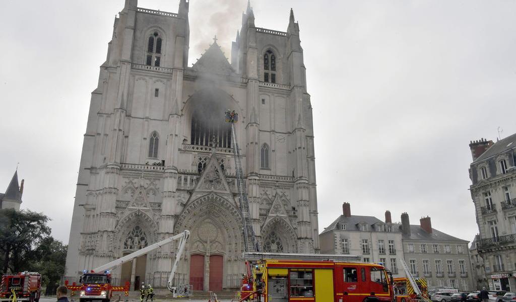 Bomberos controlan el incendio en la catedral de Nantes
