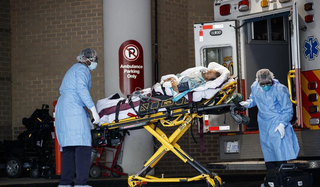Nueva ola de contagios de COVID-19 satura los hospitales en EUA