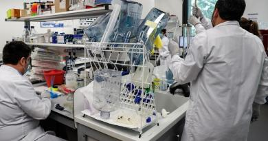 Muestra resultados positivos vacuna contra COVID-19 de Oxford y AstraZeneca