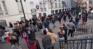 Se registran largas filas en Chile para sacar ahorros de pensiones